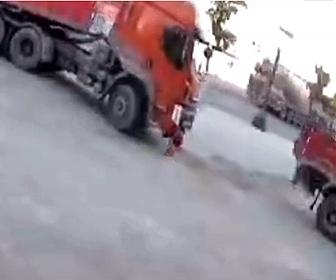【事故】大型トラックの運転手がトラックの前に座っている6歳の少年に気づかず…