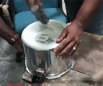 【衝撃】圧力鍋の底に隠した金の密輸が発見される衝撃映像