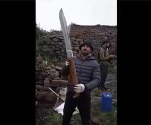 【衝撃】ロシア人男性が持つ、折り畳みナイフが巨大すぎる衝撃映像