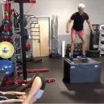 【衝撃】スポーツジムで女性のセクシーすぎるストレッチに気を取られ、足を踏み外す男性