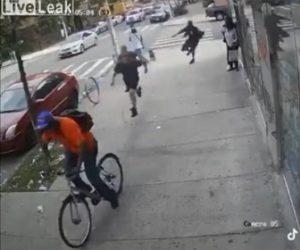 【衝撃】自転車に乗る男が歩道を歩くおばあさんを殴り倒し、見ていた消防士たちが男を追いかけ…