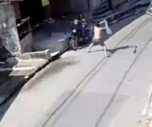 【衝撃】強盗が携帯電話を盗みバイクで逃げようとするがスコップを持った男性に追いかけられ…