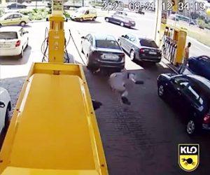 【事故】バイクに乗る男性が車に激突しバイクから振り落とされ、無人のバイクが男性に突っ込んでしまう