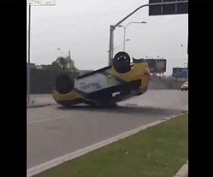 【事故】猛スピードの警察車両がコントロールを失い横転してしまう衝撃映像