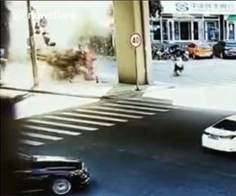 【事故】トラックが高架から落下してくる衝撃事故映像