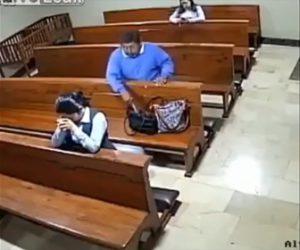 【衝撃】教会で祈りをささげる女性のバッグからナイフを盗む男