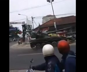 【事故】車道を走る戦車がカーブで運転を誤り露店やバイクを押しつぶしてしまう衝撃映像