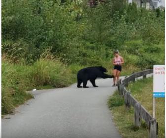 【動物】カナダで人気のハイキングコースにクマが女性の前に現れ、女性は走って逃げる