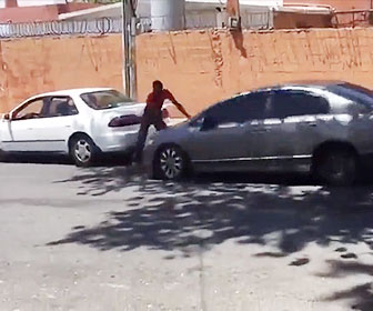 【衝撃】小さな事故で争いになり金槌を持った男に車が突っ込むが…