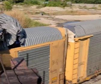 【衝撃】橋に電車の屋根が引っ掛かり車両の屋根が次々とめくれてしまう衝撃映像