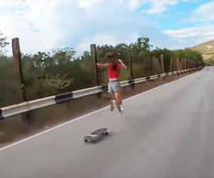 【衝撃】少女がスケボーで坂道を猛スピードで下るが…