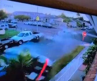 【衝撃】車を降りた男性に交差点で接触した車が突っ込んでくる衝撃映像