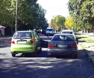 【事故】後方を確認せず車のドアを開けてしまい、後続車がドアに突っ込んでしまう