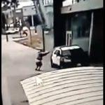 【衝撃】女性警察官が乗っている警察車両に男が近づき銃を撃ちまくる衝撃映像