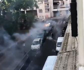 【衝撃】パリの路上でギャング達が花火で戦う衝撃映像