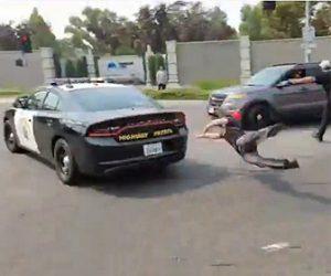 【衝撃】 抗議デモで車道を封鎖する男が警察車両を止めようとするが…