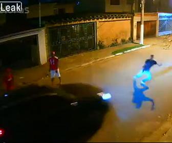 【衝撃】カージャック犯が車の前に立ちはだかり銃を構えるが…