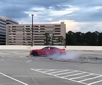 【衝撃】ドリフトしまくる車が街灯に突っ込んでしまう事故映像