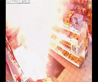 【衝撃】男がガソリンスタンドに花火の束に火を付けドアを閉めて逃走する衝撃映像