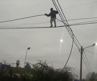 【衝撃】ケーブルを盗むため、高さ10mの電線に登る泥棒