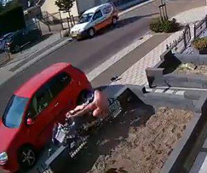 【事故】スクーターに乗る上半身裸の男性が柵に突っ込んでしまう事故映像