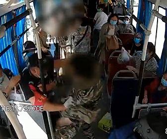 【衝撃】バス車内でナイフを持った男が乗客に襲いかかる衝撃映像