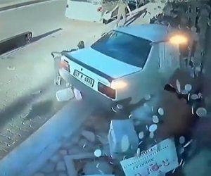 【事故】コントロールを失った車が猛スピードで店に突っ込む衝撃事故映像
