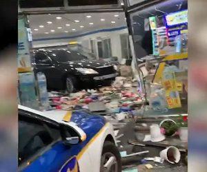 【衝撃】女がコンビニに車で突っ込み店内を破壊しまくる衝撃映像