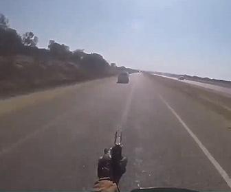 【衝撃】車で逃走する男を警察官が銃を撃ちまくりながらバイクで追う衝撃映像