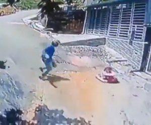 【衝撃】坂道を滑り落ちる赤ちゃんが乗った歩行器をバイクに乗った男性が気づき助ける衝撃映像