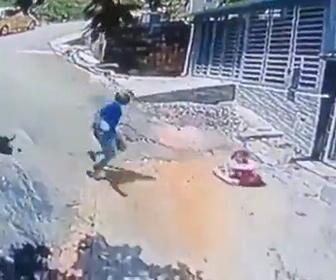 【衝撃】坂道を下る赤ちゃんが乗った歩行器をバイクに乗った男性が気づき助ける衝撃映像