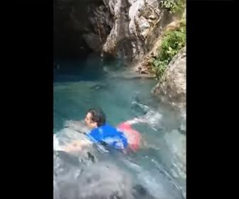【衝撃】男性が必死に泳ぐが激流に流されてしまう衝撃映像