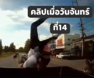 【事故】2人乗りバイクが前を走るピックアップトラックに突っ込み、宙返りして荷台に着地する衝撃映像