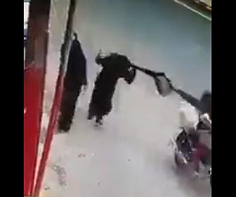 【衝撃】バイクに乗った男が道を歩く女性のバッグをひったくり女性は引き倒されてしまう衝撃映像