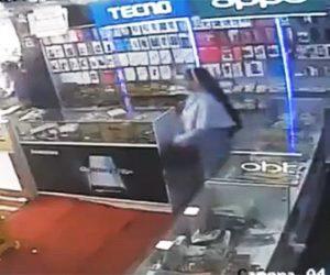 【衝撃】シスターの女が店員の目を盗み商品の携帯電話を盗む衝撃映像
