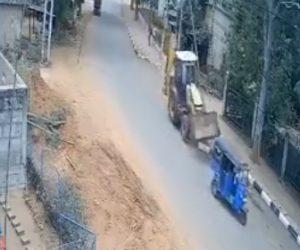 【事故】猛スピードのブルドーザーがコントロールを失い、前を走る3輪バイクをはね飛ばしてしまう
