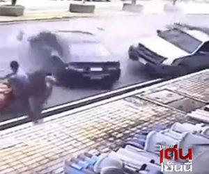 【事故】バイクに乗ろうとする家族にコントロールを失った車が猛スピードで突っ込んでくる衝撃映像