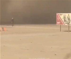 【衝撃】砂嵐から必死に走って逃げる男性