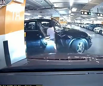 【事故】女性が駐車場から車を出そうとするが隣の車にぶつけてしまい…