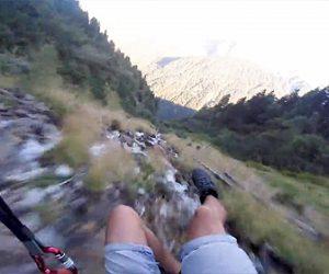 【衝撃】アルプスの川沿いを猛スピードで低空飛行するパラグライダーが凄い!
