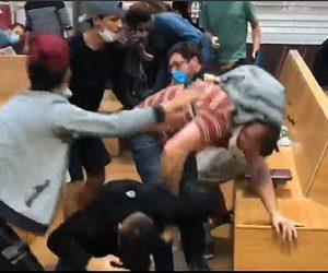 【衝撃】スリ集団に観光客の男性が必死に抵抗、スリ集団と殴り合いになる衝撃映像