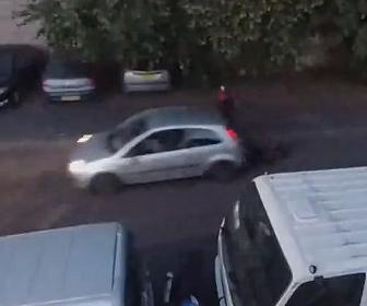 【衝撃】バイク泥棒を見つけた男性が車でバイク泥棒に突っ込む衝撃映像