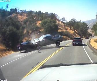 【事故】反対車線にはみ出して追い越しをする車がピックアップトラックと正面衝突してしまう