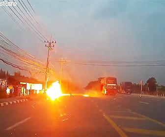 【衝撃】2人乗りバイクが道路の脇にバイクを止めた瞬間、切れた電線に触れてしまい…
