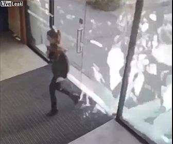 【衝撃】女性がガラスドアを開けて瞬間、強風でドアが割れてしまう衝撃映像