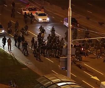 【衝撃】ベラルーシで抗議デモする車に機動隊が一斉に襲いかかる衝撃映像