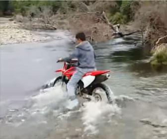 【衝撃】家族旅行中に兄がバイクで流れの速い川を渡ろうとするが…