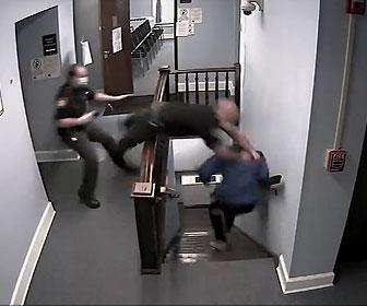 【衝撃】薬物所持で逮捕された男が裁判所から逃走し警察官が階段で飛びつくが…