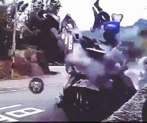 【事故】カーブで転倒したバイクが対向車線のバイクに突っ込んでしまう衝撃事故映像
