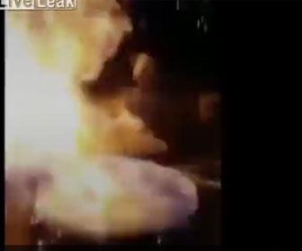 【衝撃】激しく叩くスネアドラムに燃料をかけ火を付けると…